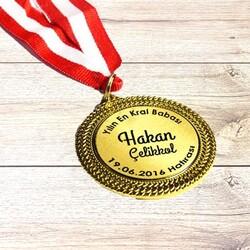- Yılın En İyi Babası Madalyonu